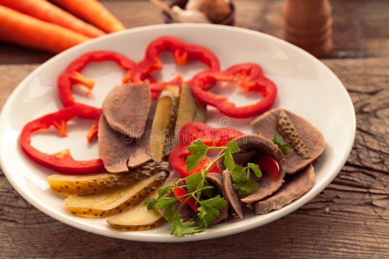 Подготовленный салат с языком и овощами говядины стоковые изображения rf