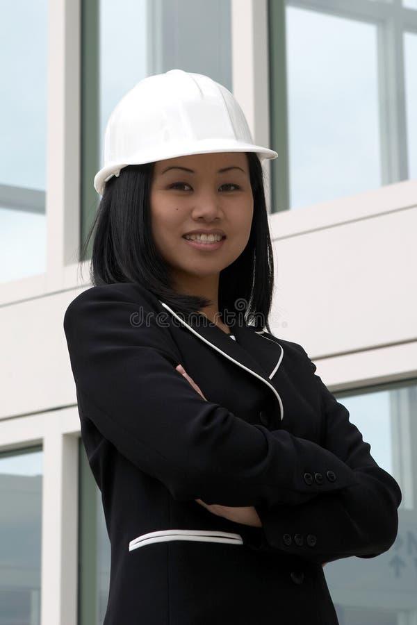 подготовляет азиатскую сложенную женщину инженера стоковые фотографии rf