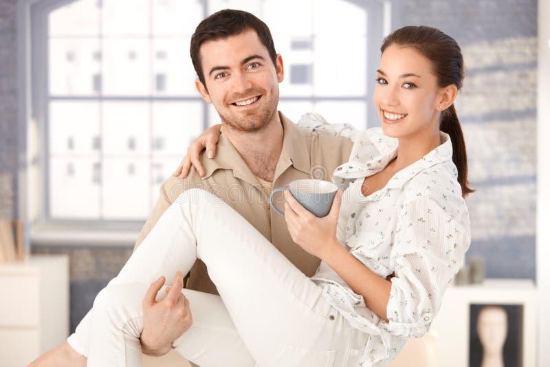 подготовляет счастливо его женщину человека удерживания сь стоковое изображение rf