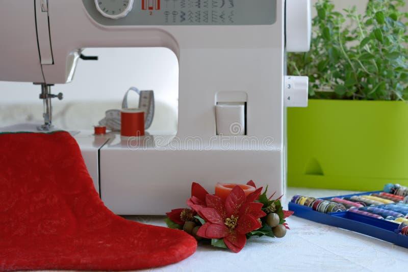Подготовлять для Кристмас Швейная машина шить чулок рождества Шить рождества стоковое фото rf