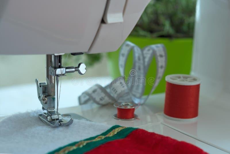 Подготовлять для Кристмас Швейная машина шить чулок рождества Шить рождества стоковое изображение rf