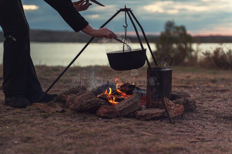подготовлять еды лагерного костера стоковые фото