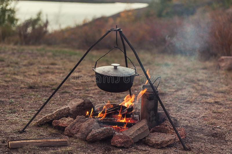 подготовлять еды лагерного костера стоковая фотография rf