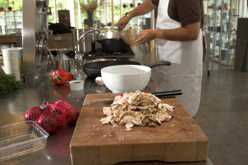 подготовлять кухни еды шеф-повара стоковое изображение