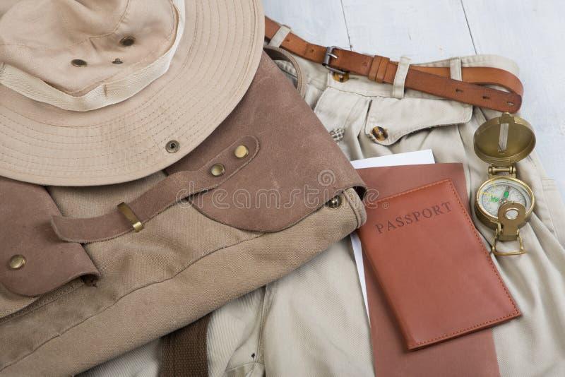 Подготовьте для путешествия в стиле сафари, пеший туризм и backpacker - аксессуары и детали перемещения, пакуя одежды в рюкзаке:  стоковое изображение