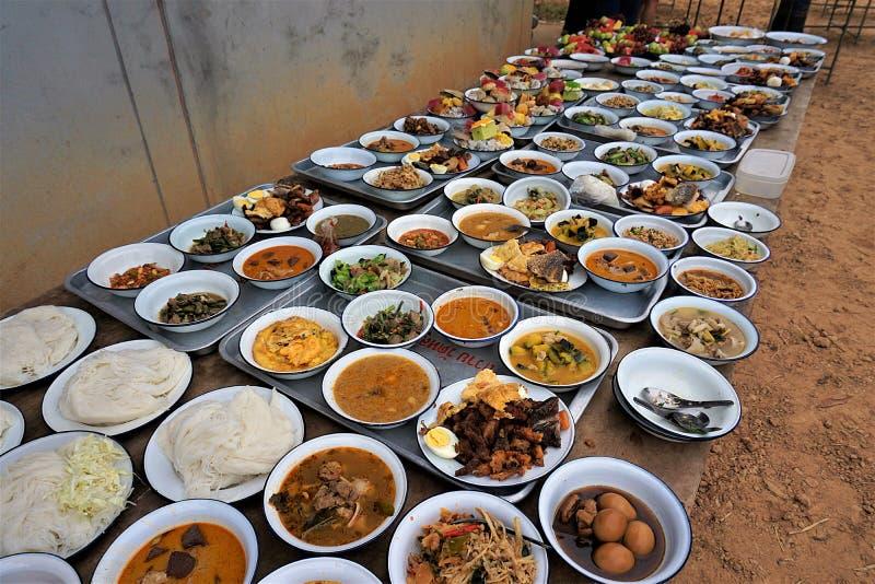 Подготовьте еду для монахов в тайской традиции стоковые изображения rf