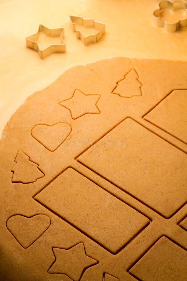 Подготовьте тесто для печений gingerbread вырезывания стоковая фотография rf