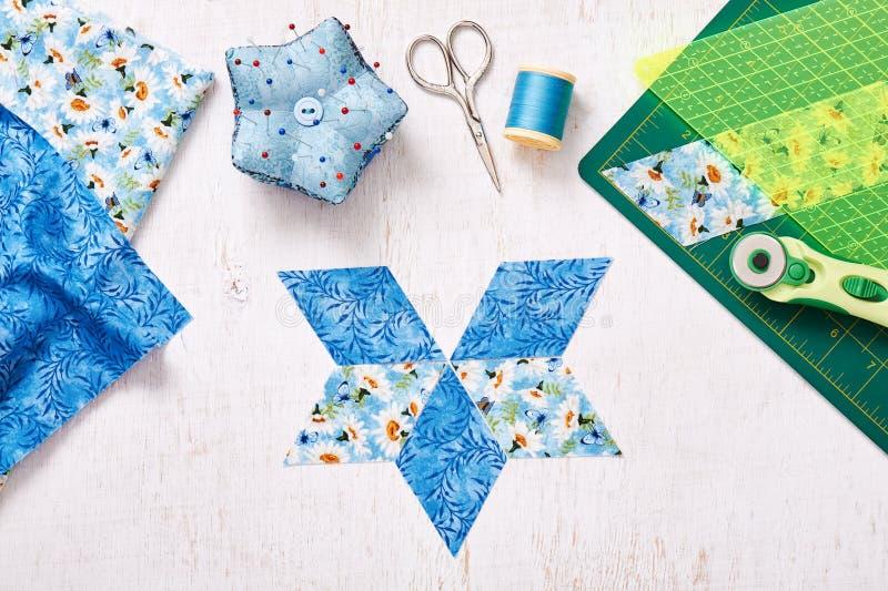 Подготовьте частей ткани для шить лоскутного одеяла, взгляд сверху диаманта стоковое фото