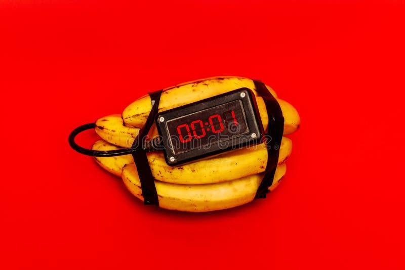 Поддельная бомба сделанная банана перед взрывом стоковое фото rf
