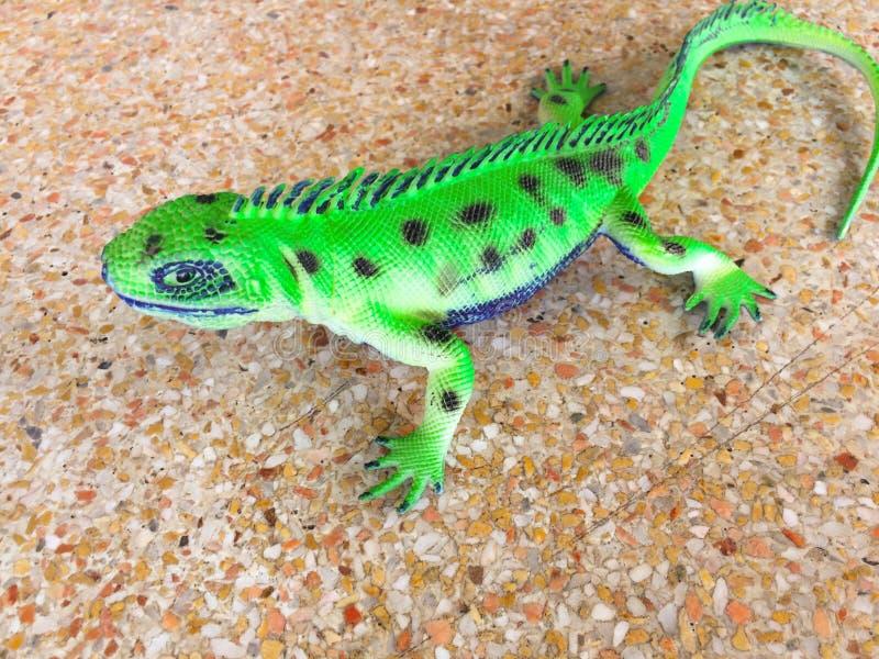 Поддельная игуана, концепция игрушки ребенк стоковая фотография rf