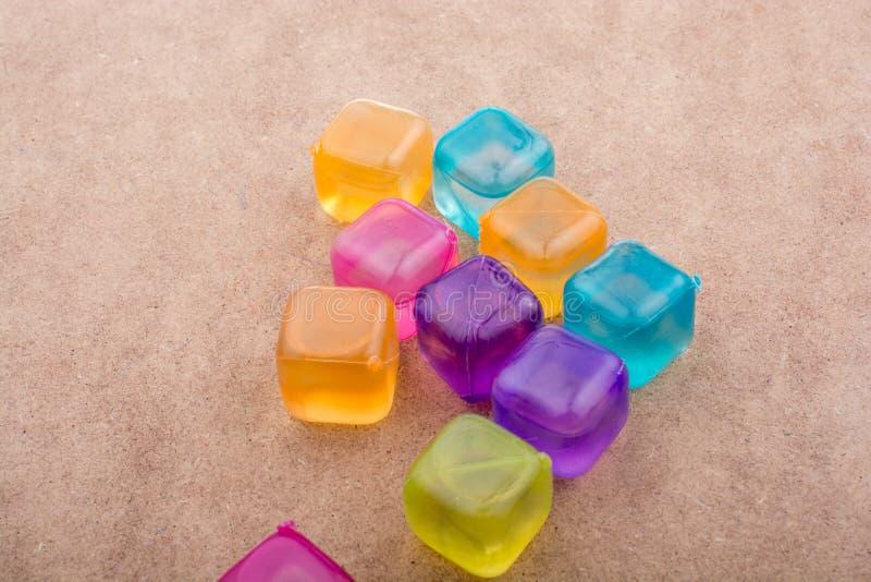 Поддельные красочные кубы льда на древесине стоковые изображения rf