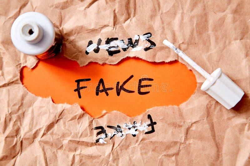 Поддельные новости, дезинформация или ложные информация и концепция пропаганды Скомканная бумага, надпись и корректор стоковые фотографии rf