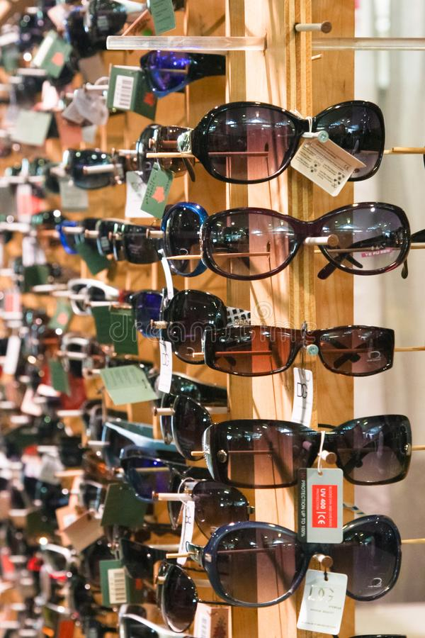 Поддельные солнечные очки для продажи стоковое фото