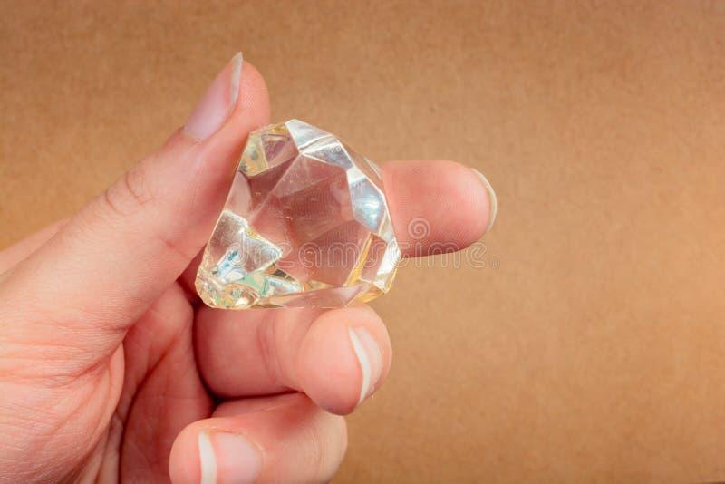Поддельный камень диаманта в руке стоковые фотографии rf