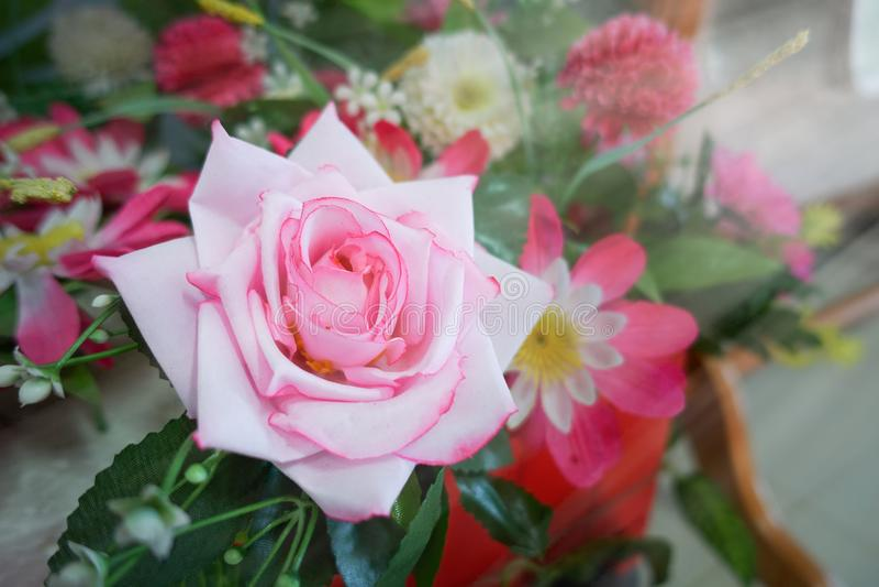 Поддельный цветок и флористическая предпосылка розовые цветки сделанные ткани стоковое фото