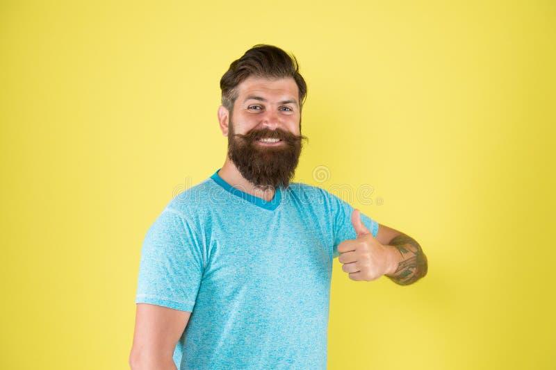 Поддерживать его воззвание усика Борода и усик счастливого парня нося на желтой предпосылке Бородатый человек усмехаясь с стоковые изображения