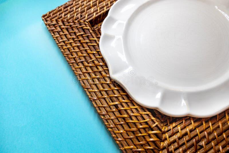 Поддержка для плит сделанных из соломы в политуре стоковые фотографии rf