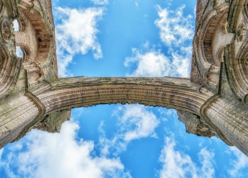 Поддержка крыши пресвитерия, аббатство Rievaulx в Йоркшире, Англии стоковое изображение rf