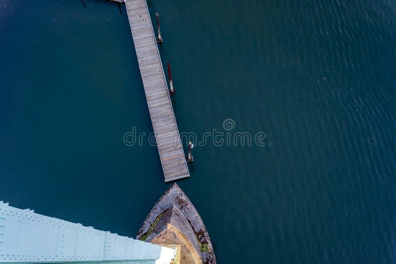 Поддержка моста St. Johns и небольшая плавая пристань стоковое изображение rf