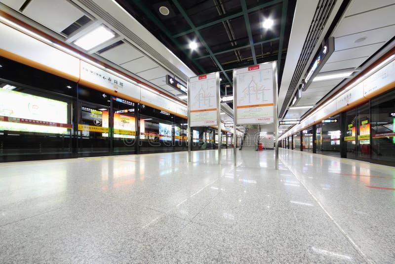 Подземка с стеклянными дверями к поездам стоковое фото