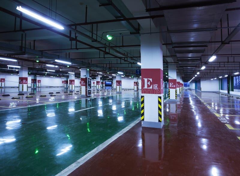 Подземная стоянка автомобилей стоковые изображения