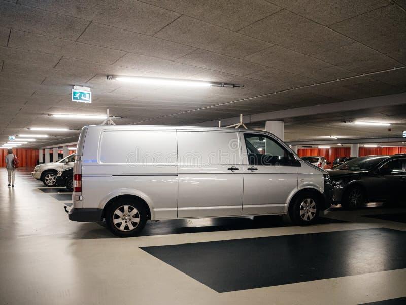 Подземная стоянка с женщиной и фургоном VW стоковая фотография
