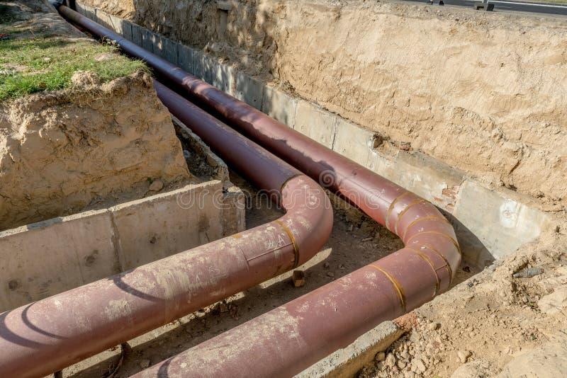 Подземная установка трубы Класть или замена подземных труб Сталь, гигант стоковые фото