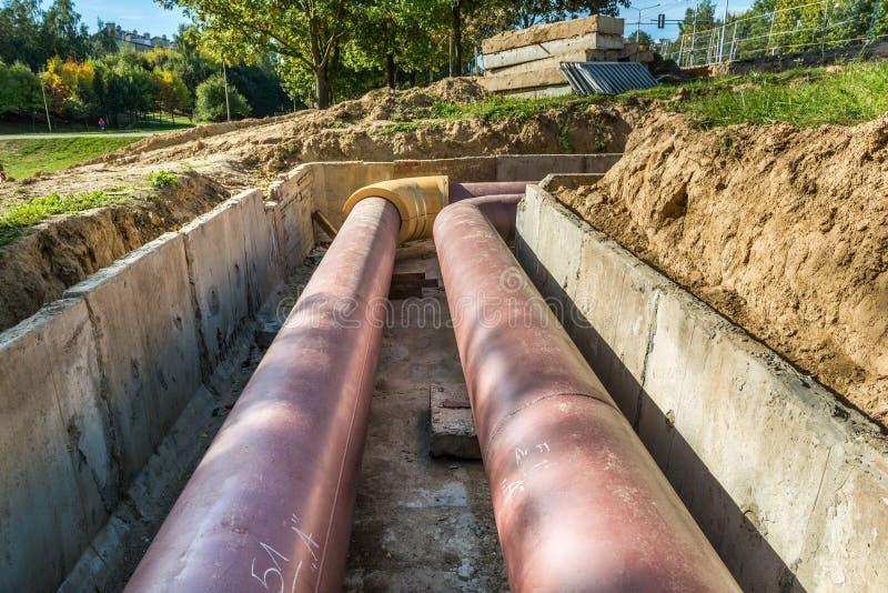 Подземная установка трубы Класть или замена подземных труб Сталь, гигант стоковое изображение rf