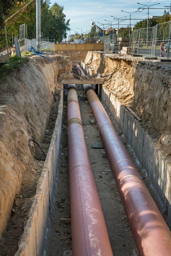 Подземная установка трубы Класть или замена подземных труб Сталь, гигант стоковые изображения rf
