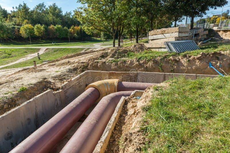 Подземная установка трубы Подземная труба общего назначения и обслуживаний положенная на строительную площадку стоковое изображение rf