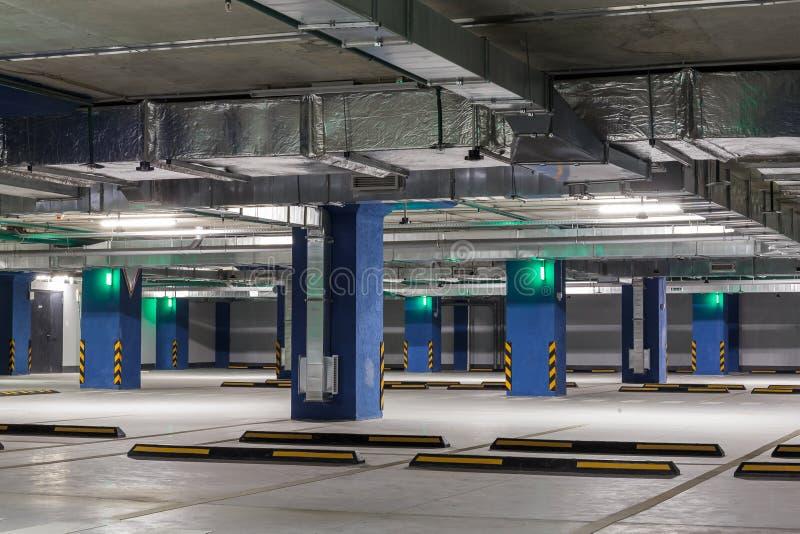 Подземный интерьер автостоянки или гаража, инфраструктура автомобиля города стоковое фото rf