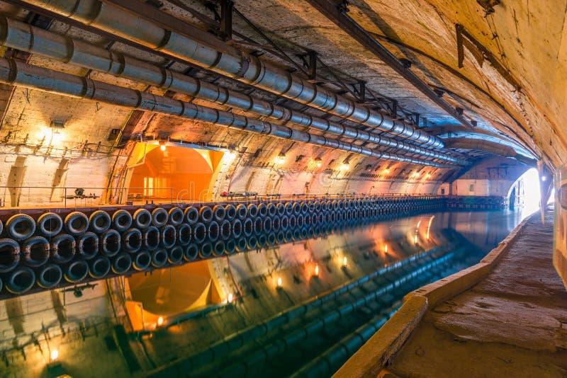 Подземный канал для ремонта подводных лодок во время холода стоковая фотография rf