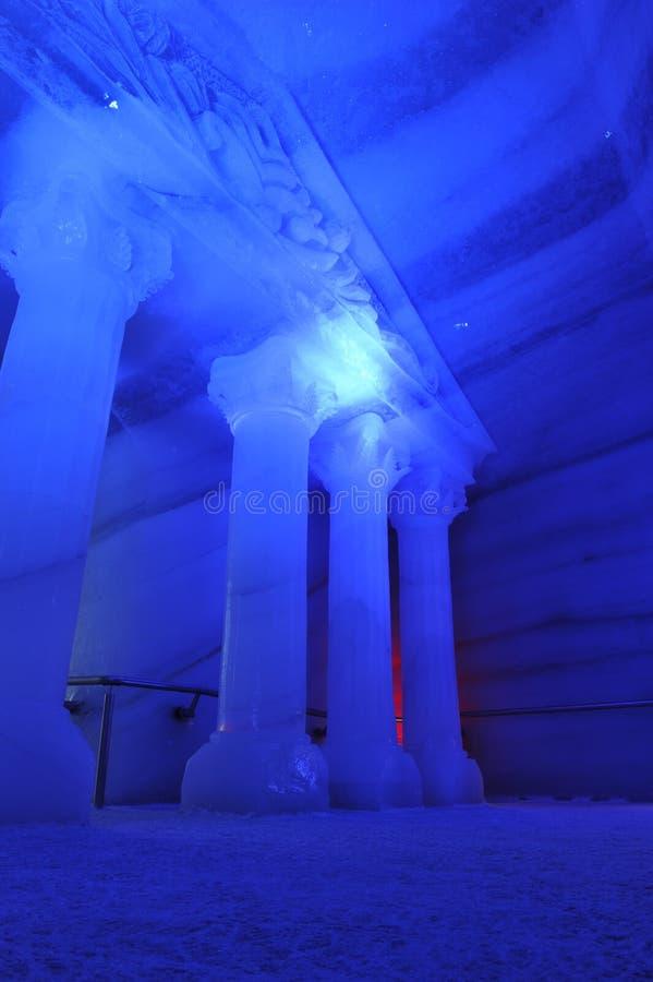 Подземный мир льда в голубом свете стоковые фото