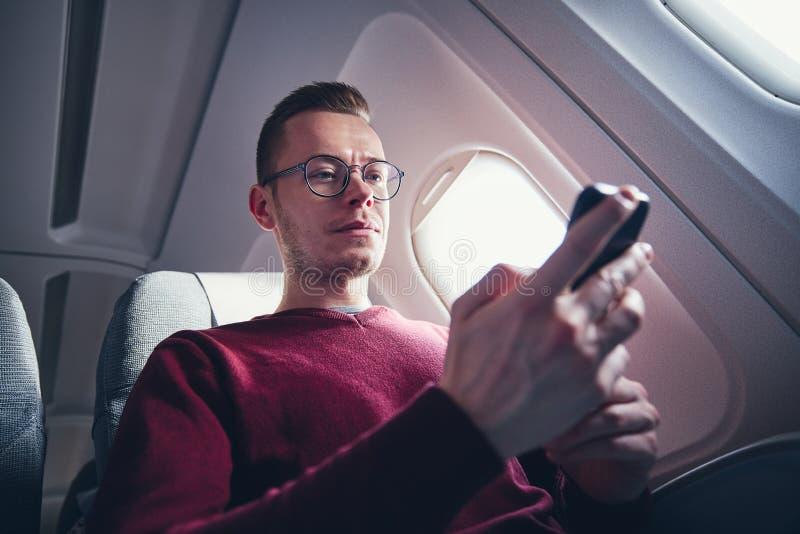 Подключение к Интернету во время полета стоковые фото