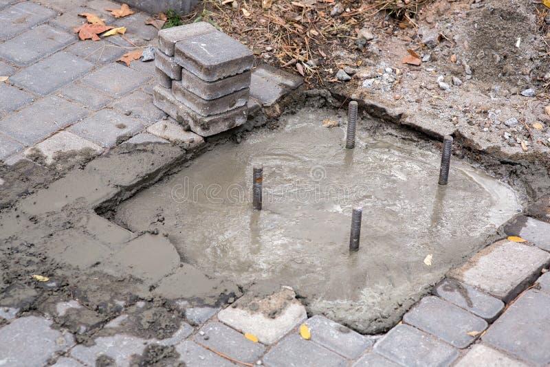 Подкрепление вставляя вне из-под бетона стоковые изображения