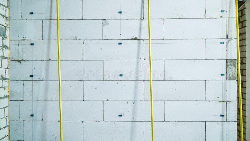 Подкрепление конструкции прокладывает рельсы пребывание около кирпичной стены стоковое изображение