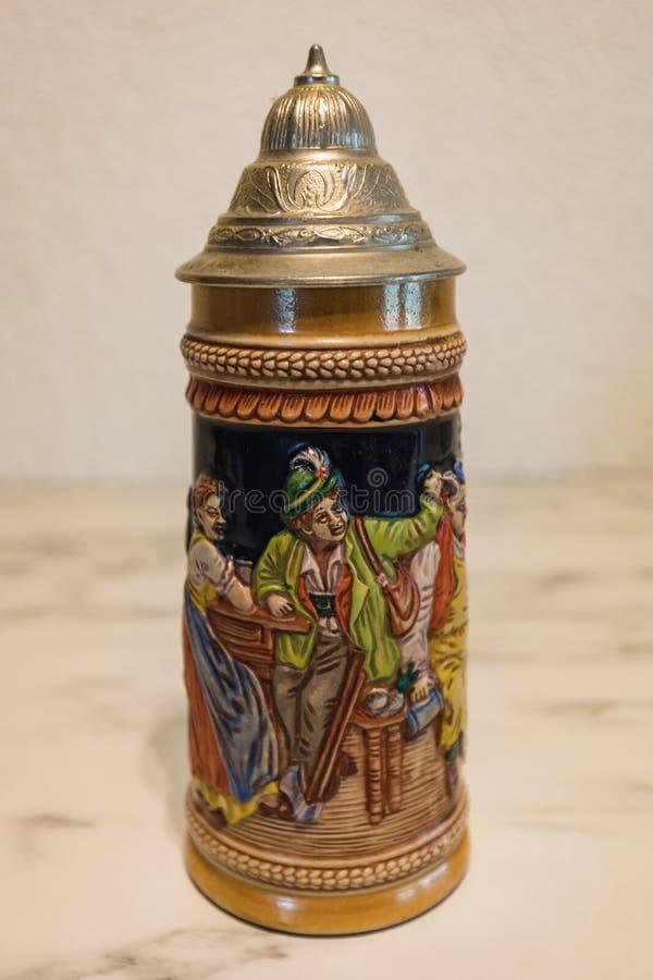 Подлинная покрашенная немецкая кружка пива на мраморной плите стоковая фотография