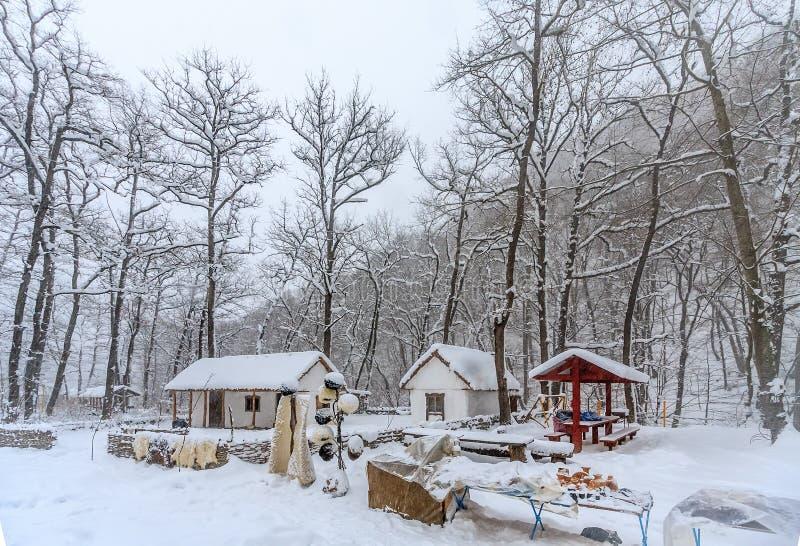 Подлинные одежды и сувениры Adygean национальные фольклорные установили вне для продажи рекой горы Rufabgo в снежной зиме среди ч стоковые изображения