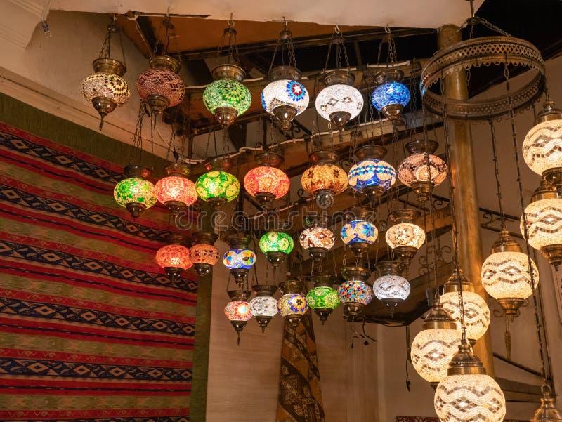 Подлинные турецкие фонарики на базаре Стамбула грандиозном стоковые фото