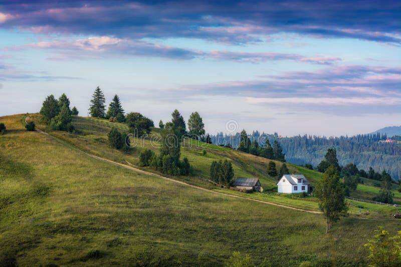 Подлинный прикарпатский дом на холме горы стоковое изображение