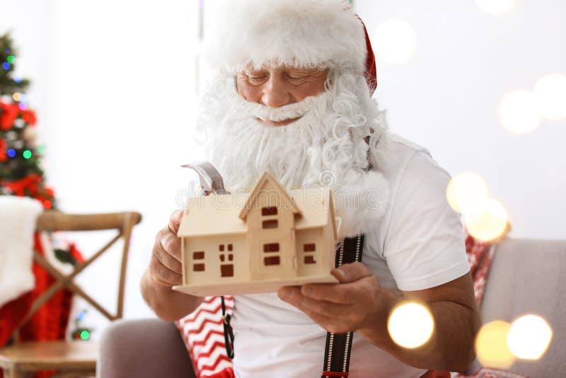 Подлинный Санта Клаус делая игрушку стоковые фотографии rf