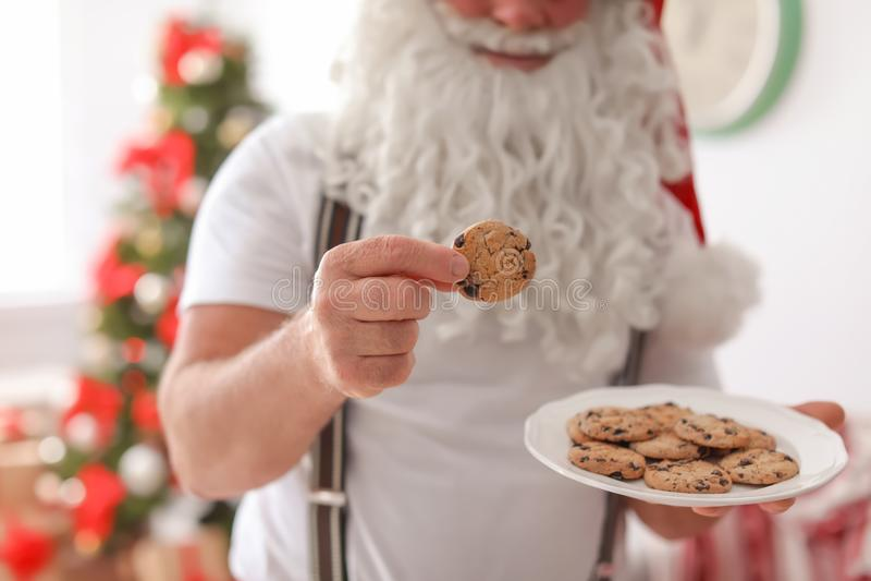 Подлинный Санта Клаус с плитой стоковые фото