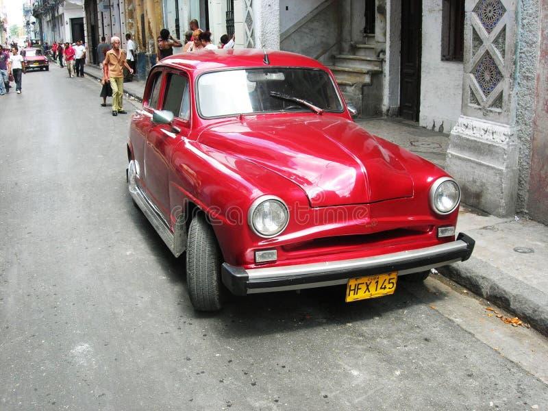 Подлинный славный красный старый автомобиль в улице Ла Гаваны Образ жизни Кубы городской стоковое изображение