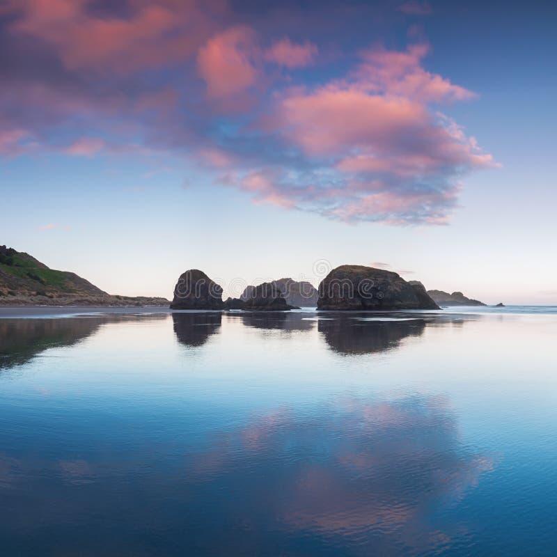 Подметая взгляд побережья Орегона, мили белых песчаных пляжей, стога моря и океанские волны Тихий океан северозапад, Орегон, США  стоковое фото rf