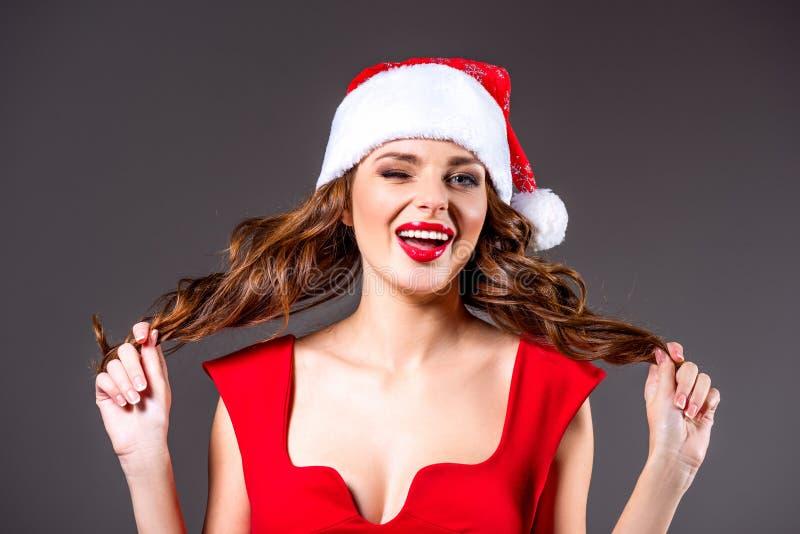 Подмигивать девушке в шляпе santa стоковая фотография rf