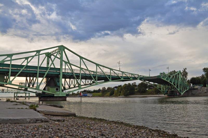 подниматься liepaja latvia моста стоковая фотография rf