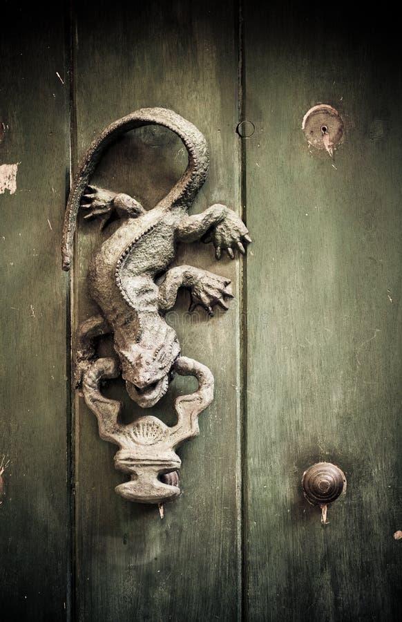 поднимающее вверх близких Колумбии дверей cartagena старое стоковые фото