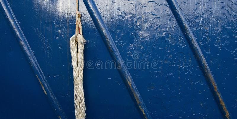 Поднимающее вверх близкое фото веревочки и сини покрасило поверхность металла грубую стоковое фото rf