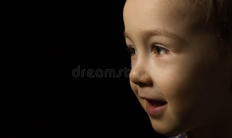 поднимающее вверх близкой стороны младенца счастливое стоковая фотография