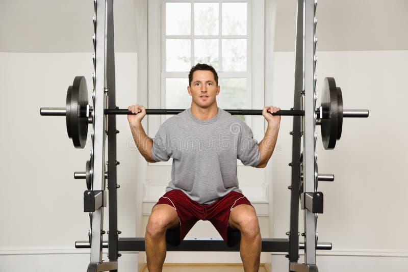 поднимаясь весы человека стоковое изображение